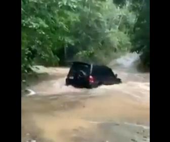 【洪水】濁流が流れる道を車が渡ろうとするが…