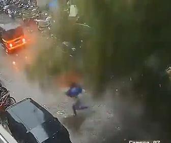 【災害】インド、猛烈なサイクロン上陸。倒れる木から必死に女性が逃げる