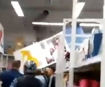 【衝撃】酔っ払った男が店内で暴走。商品棚の上を走りまわって逃げる衝撃映像