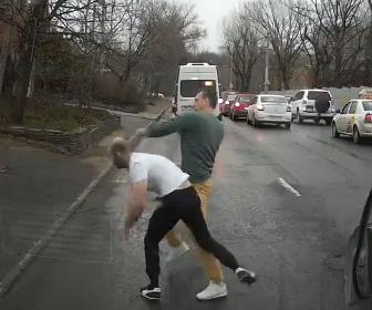 【ロードレイジ】男が車に詰め寄り、車から降りてきた運転手と殴り合いになる