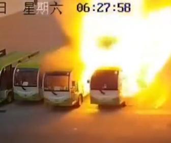【炎上】電動バスが自然発火で次々炎上してしまう衝撃映像