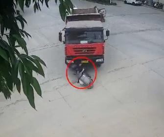【事故】右折する大型トラックが死角を走るバイクを巻き込み、ライダーが必死に逃げる