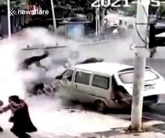 【衝撃】道路工事中、マンホールから突然火が噴き出し道路が爆発する衝撃映像