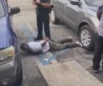 【衝撃】警察官に腹ばいにさせられた男が隙を見て走って逃げる衝撃映像