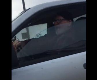 【ロードレイジ】男が運転するピックアップトラックが何度も突っ込んでくる衝撃映像