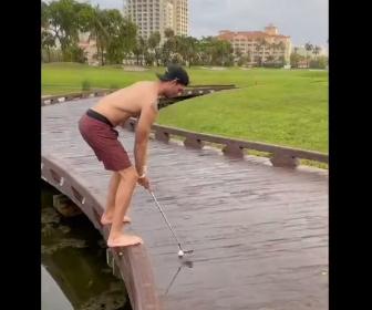 【動画】酔っ払った男性が橋の上からゴルフボールを打つが…
