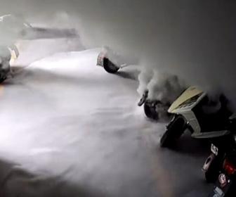 【爆発】充電中の電動バイクが大量の煙を吹き出し爆発炎上する衝撃映像