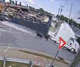 【事故】交差点で左折するトレーラーが荷台が重すぎて横転してしまう