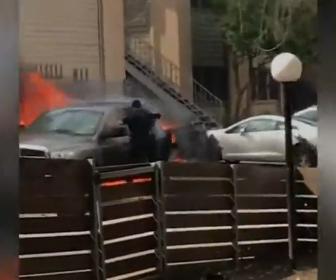 【衝撃】炎上するピックアップトラックに閉じ込められた運転手を警察官が必死に助け出す