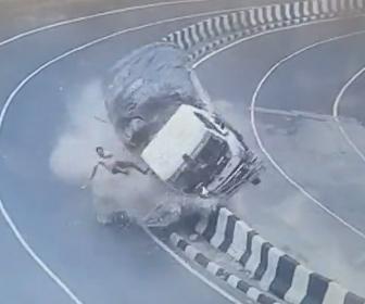 【事故】猛スピードのトラックがカーブで中央分離帯に激突、ドライバーが放り出される事故映像