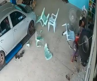 【事故】トラックから外れたタイヤが自動車修理店に突っ込み椅子に座っている男性に突っ込む