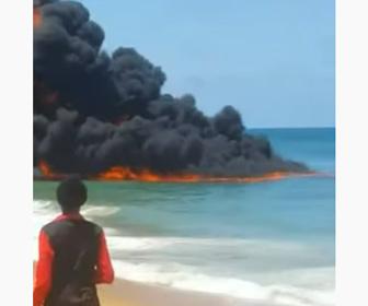 【炎上】ナイジェリアのラゴスビーチで海が激しく燃える衝撃映像