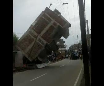 【衝撃】トラックが通りすぎた直後に建物が道に倒れてくる衝撃映像