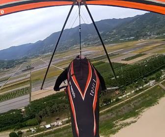 【事故】ハンググライダーで着地失敗。砂浜にパイロットが叩きつけられる