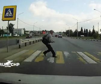 【衝撃】信号無視の男性が横断歩道を渡ろうとして車の前に飛び出てくる