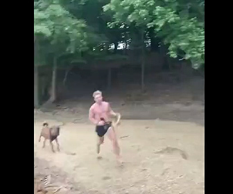 【動物】走って追いかけてくるヤギから男性が必死に逃げる