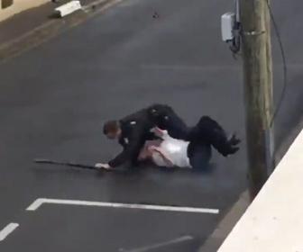 【警察】銃を持つ精神障害がある女に警察官が後ろから飛びかかる衝撃映像