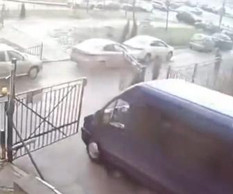 【衝撃】ロシアSWATチームが車で逃げる犯人を追いかけるが…