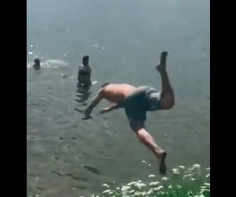 【衝撃】水位が浅いことに気づかず、男性が走って川に飛び込んでしまい…