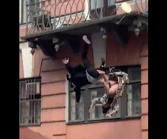 【衝撃】喧嘩しているカップルが2階のバルコニーから落下してしまう衝撃映像