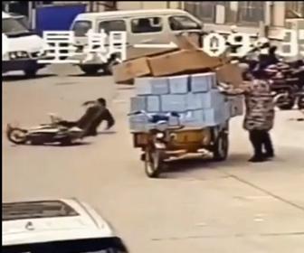 【事故】荷物を固定しようとした男性がロープを投げるが走ってきたバイクがロープに引っかかり転倒