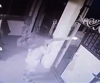 【動画】パティーでビールを買いに行った男性。家に着きドアを閉める瞬間ビールケースを落としてしまう