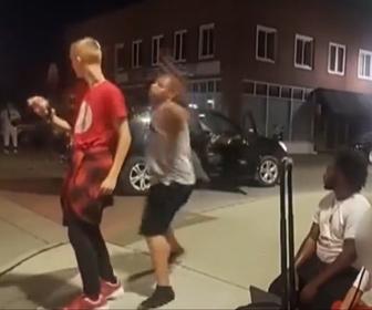 【暴行】歩道で踊る12歳の少年に黒人男が突然殴りかかる衝撃映像