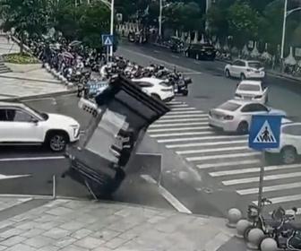 【事故】猛スピードの車が警備員が中にいる警備員BOXに突っ込んでしまう事故映像