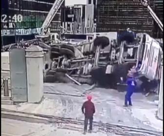 【事故】建設現場でミキサー車が落下、作業員が必死火逃げる衝撃映像