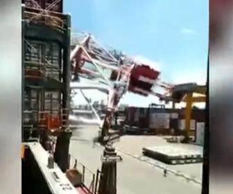 【事故】台湾の港で巨大コンテナ船がクレーンに激突。クレーンが倒壊する事故映像