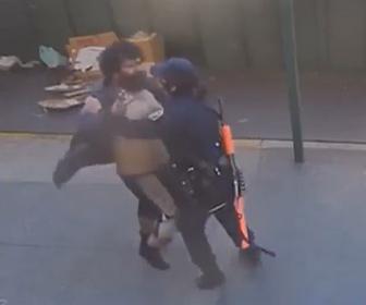 【暴行】アメリカ、カリフォルニアでホームレスがアジア系女性警察官に襲いかかる