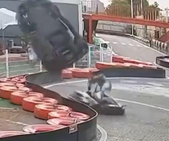 【事故】カート場で女性が運転する猛スピードのカートが壁に激突し宙を舞う事故映像