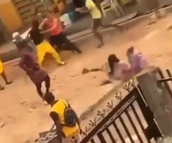 【衝撃】掴み合いの喧嘩を見ながら路上を歩く女性が穴にはまってしまう