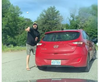 【ロードレイジ】前の車のドライバーが中指を立て生卵を投げてくる衝撃映像