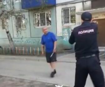 【衝撃】ナイフを持った男が銃を構える警察官に襲いかかり…