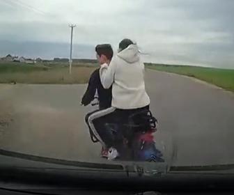 【事故】カップルが乗るバイクが突然左折し、後ろから猛スピードの車にはね飛ばされてしまう