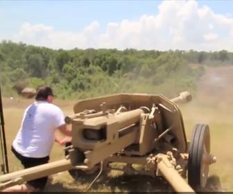 【衝撃】対戦車砲PAK40を男性が撃つが…反動が凄い