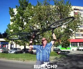 【ロードレイジ】怒ったおじいさんが車に自転車を投げつける衝撃映像