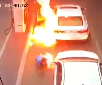 【衝撃】ガソリンスタンドで給油中にクレジットカードリーダーが爆発、店員がパニックなり…