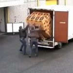 【衝撃】トラックから大量のビールケースを降ろそうとするが失敗し…