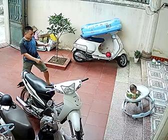【衝撃】歩行器で歩く赤ちゃんが階段から落下。気づいた父親が赤ちゃんを助ける