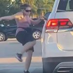 【衝撃】怒った女が交差点で信号待ちの車を蹴り…