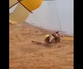 【衝撃】パラセーリングをしようとする太った男性。砂浜からボートに引っ張られるが…
