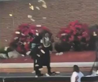 【衝撃】卒業式でステージに上がった男性が札束を投げる衝撃映像
