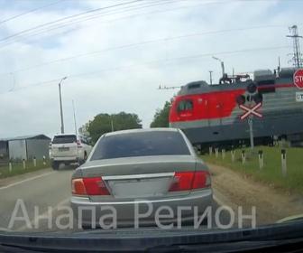 【事故】電車が迫る踏切を猛スピードの車が渡ろうとするが…