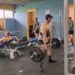 【衝撃】ジムで245 キロのデッドリフトする男性が意識を失い倒れてしまう