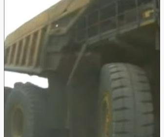 【事故】採掘場で超大型ダンプトラックが車に気づかず潰してしまう