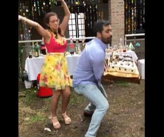 【動画】結婚式で新郎が誤ってケーキを落としてしまう衝撃映像