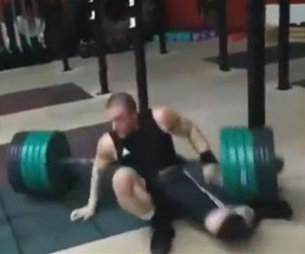 【衝撃】バーベルを持ち上げる男性が足を滑らせ、プレートが足に落ちてしまう