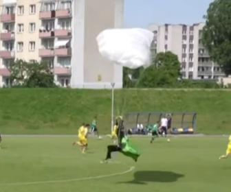 【動画】サッカー試合中にパラシュートが不時着、審判はイエローカードで「警告」